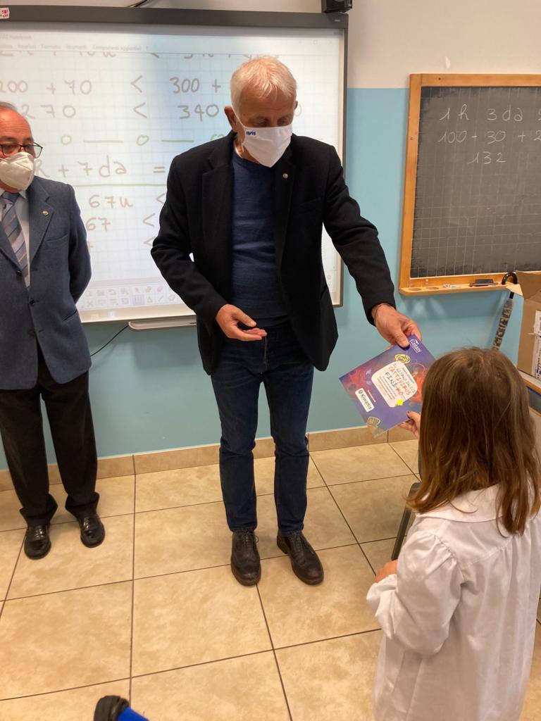 Il Presidente dometti consegna il libretto a Caterina Dometti (la nipotina) di seconda elementare